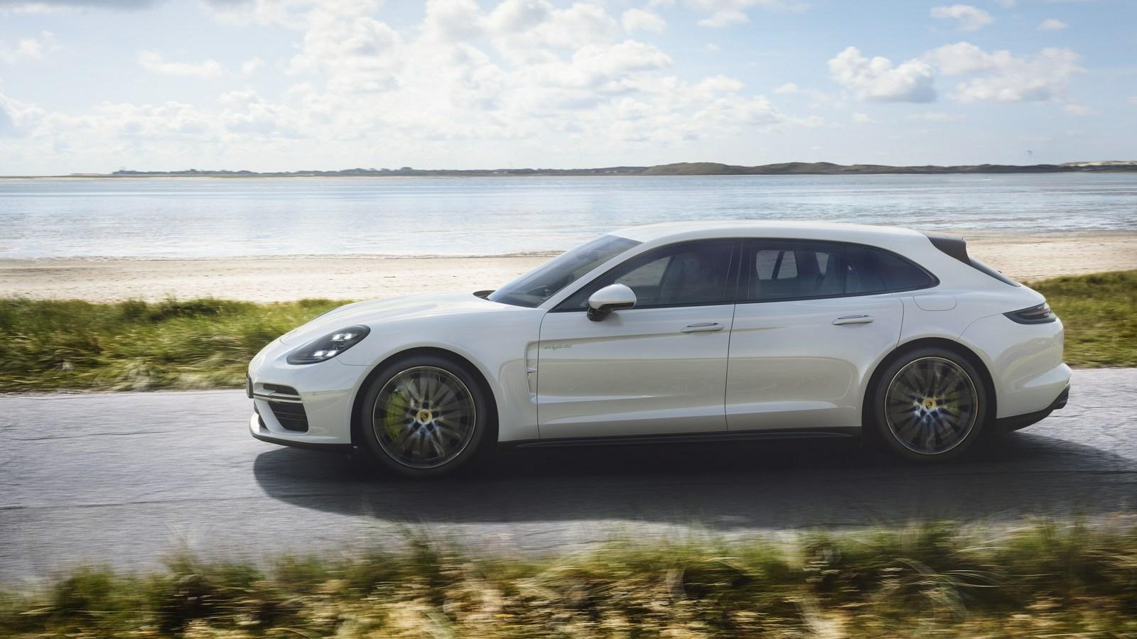 Porsche Panamera E-Hybrid Sport Turismo Rolling Shot