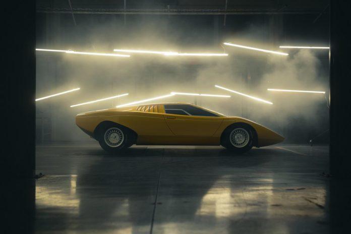 Lamborghini Countach side